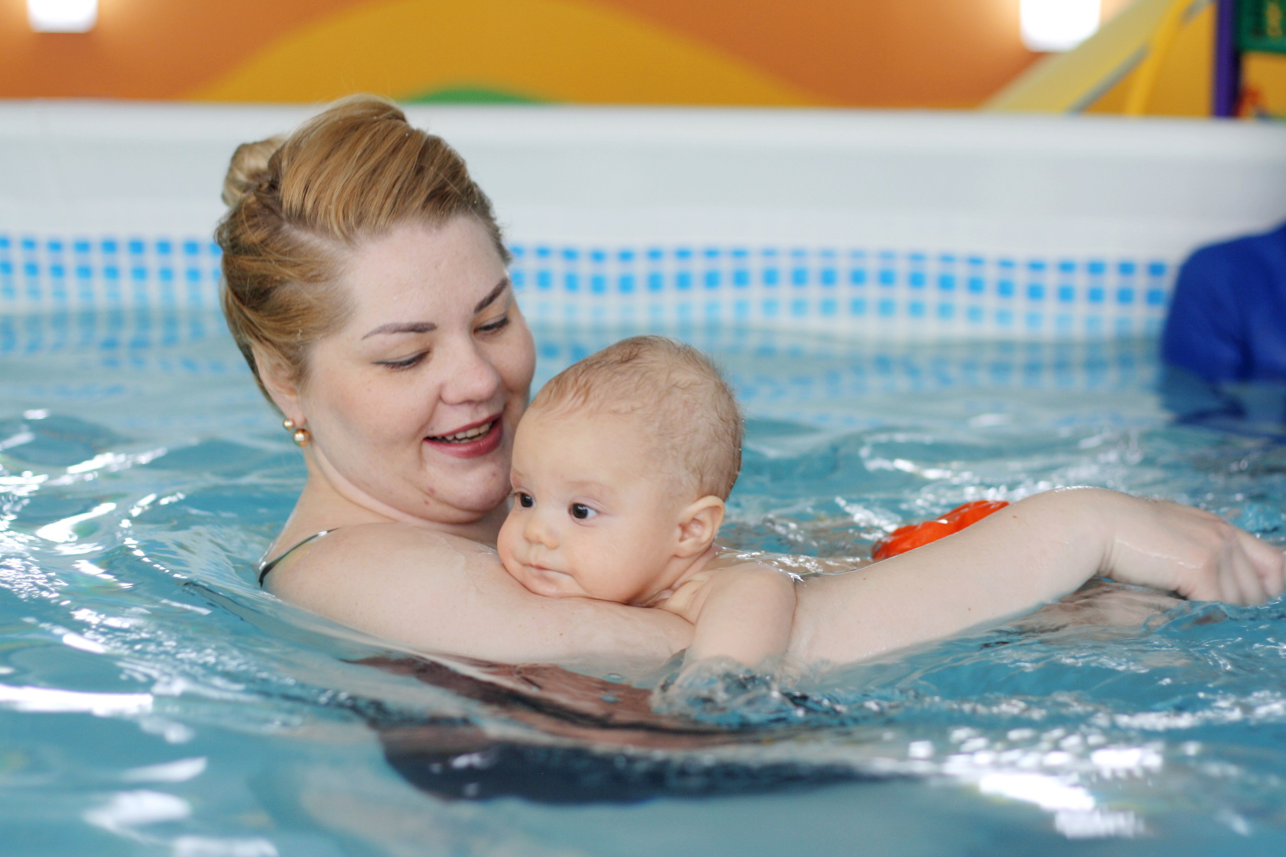 Занятие проходят в паре с одним или с двумя родителями, группы до 7 деток.